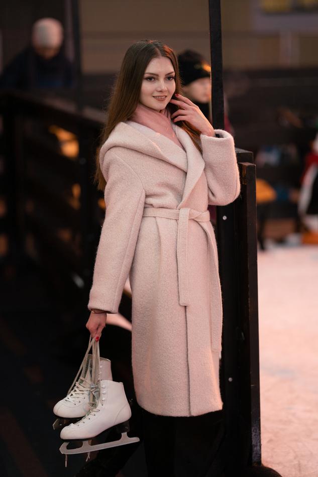 Пальто с объемным капюшоном бело-розовое.