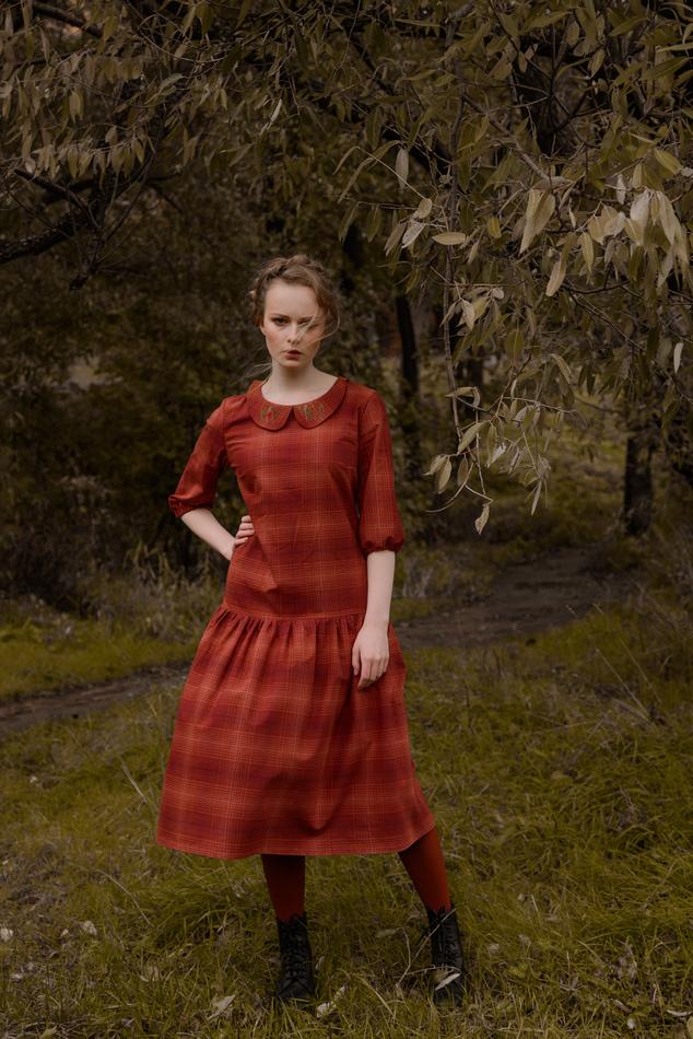 """Платье с вышитым воротничком красное в клетку. Коллекция """"Хюгге"""" №13"""