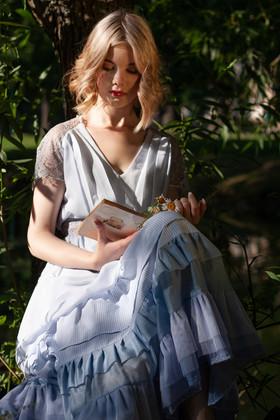 """Голубое батистовое платье """"Алиса в стране чудес""""."""