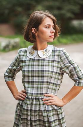 """Платье с вышитым воротничком в зеленую клетку. Коллекция """"Хюгге"""" №10"""